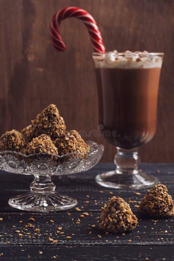 Schokoladenbonbons in den Waffelkrumen Kakao mit der Eibisch- und Karamellsüßigkeit klebrig stockbilder