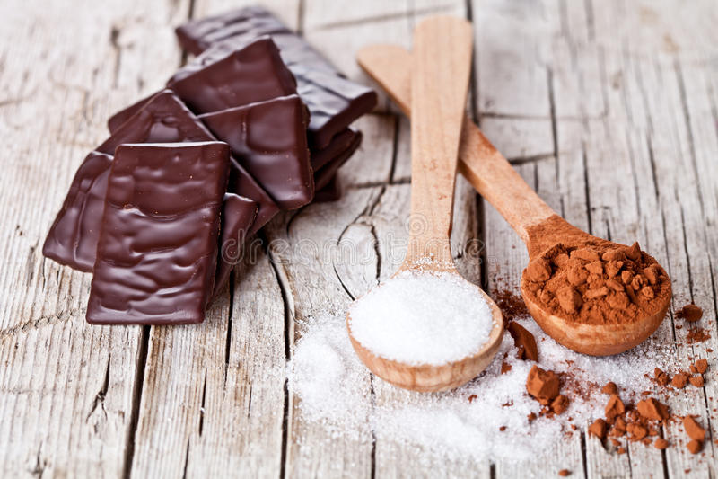 Schokoladenbonbons, Kakaopulver und Zucker stockfotos