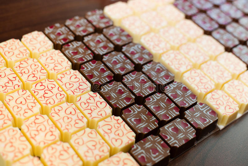Schokoladenbonbons mit Herzen lizenzfreies stockbild