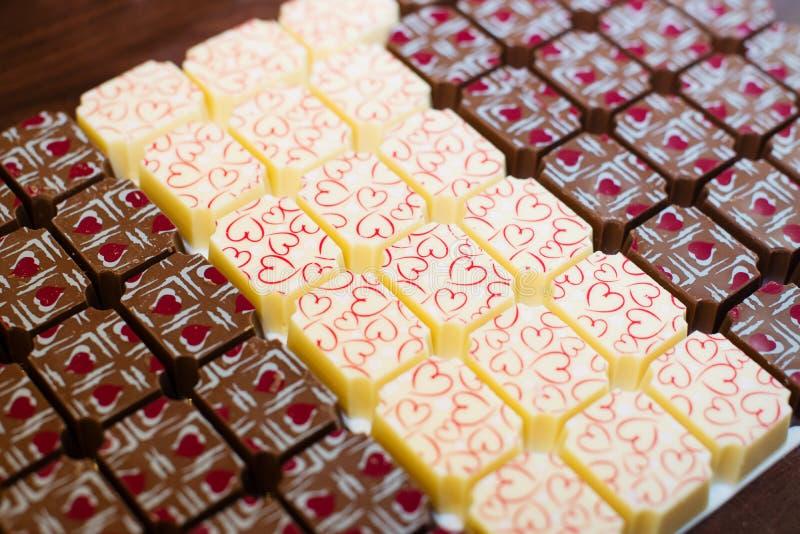 Schokoladenbonbons mit Herzen stockfotografie