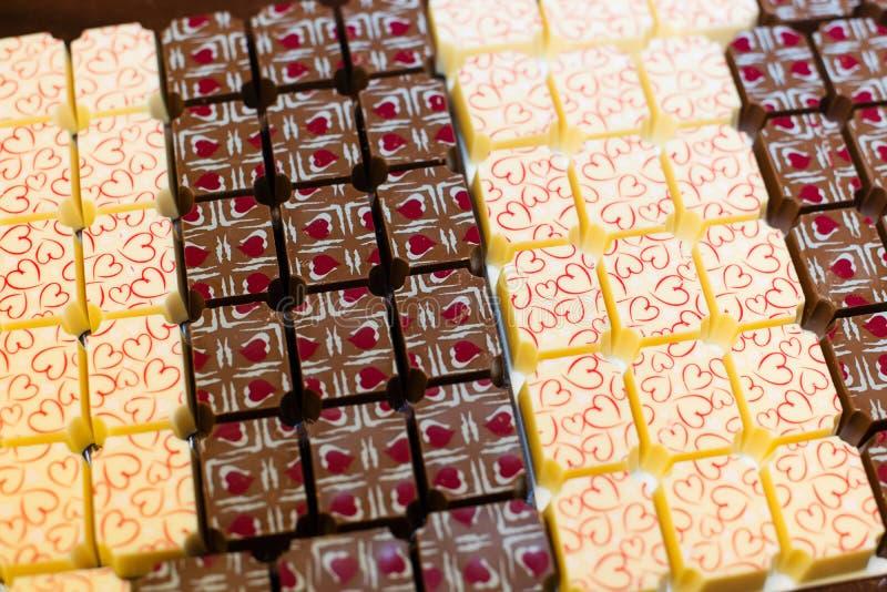 Schokoladenbonbons mit Herzen stockfoto