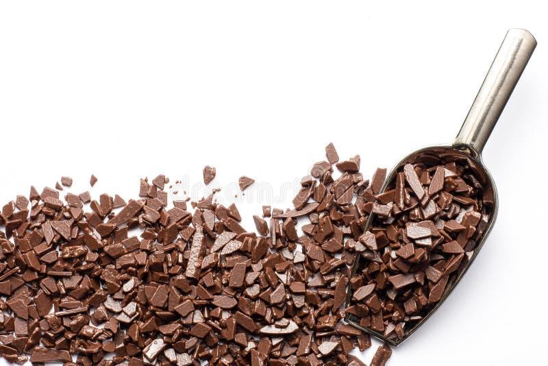 Schokoladenchips mit Deluxe-Bruchkerbe auf weißem Hintergrund und Leerzeichen für Ihren Text lizenzfreies stockbild
