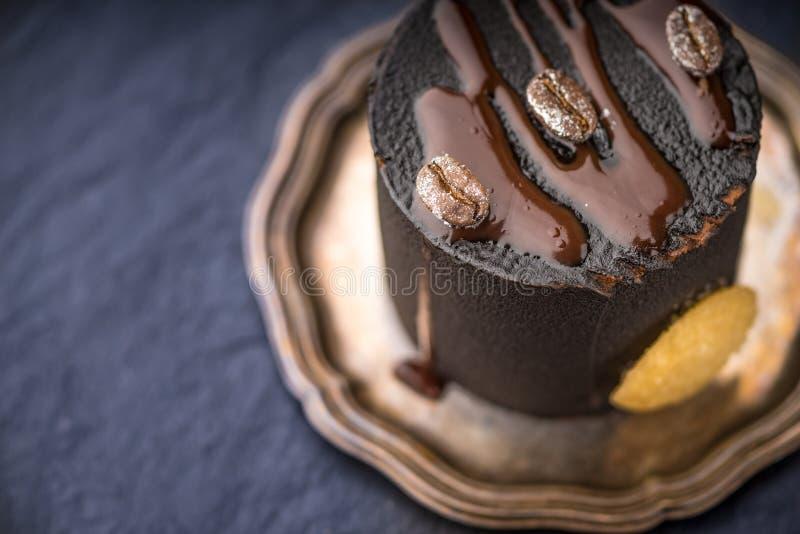 Schokoladencreme auf Weinleseplatte stockfotos