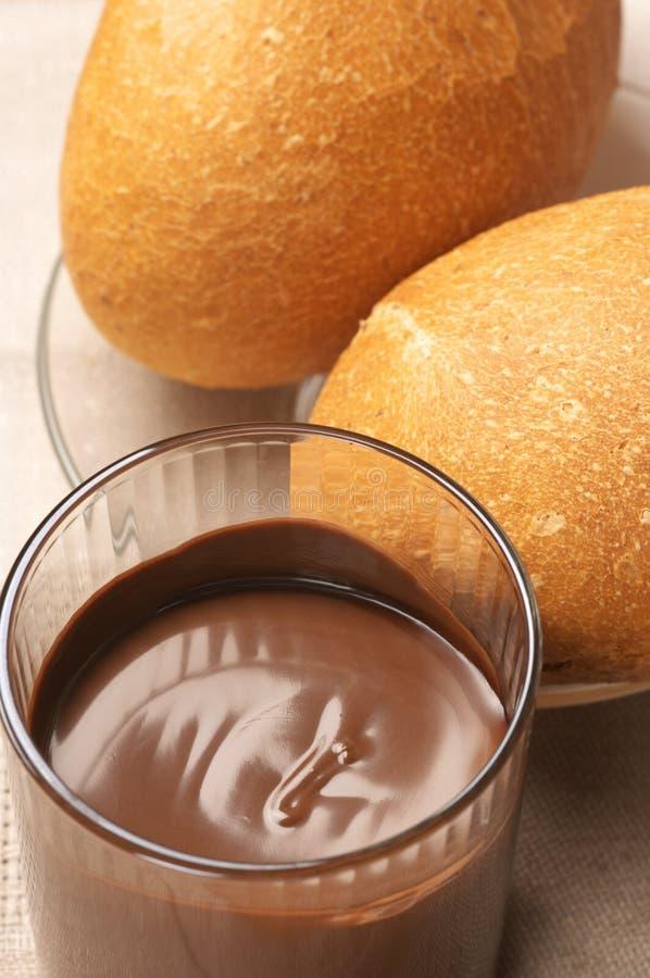 Schokoladencreme und Brötchen stockfoto