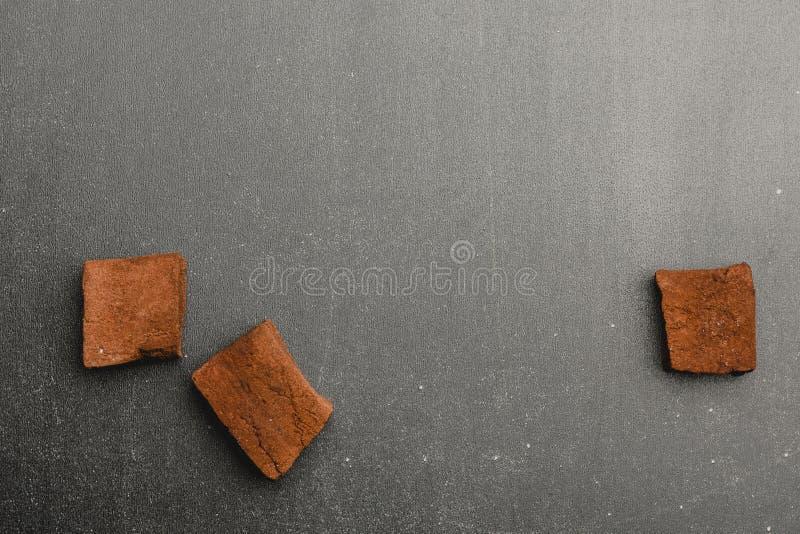 Schokoladeneibische auf dunklem Hintergrund stockfotografie