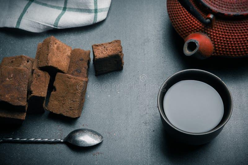 Schokoladeneibische mit Gewürzen auf schwarzem Schreibtisch r lizenzfreie stockbilder