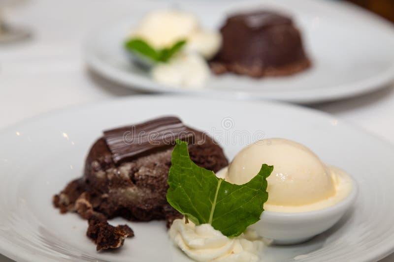 Schokoladenfondant-Kuchen geschmückt mit tadellosem Blatt stockbild