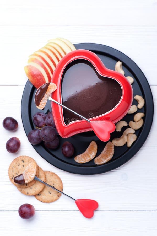 Schokoladenfondue mit Früchten Beschneidungspfad eingeschlossen stockfotografie