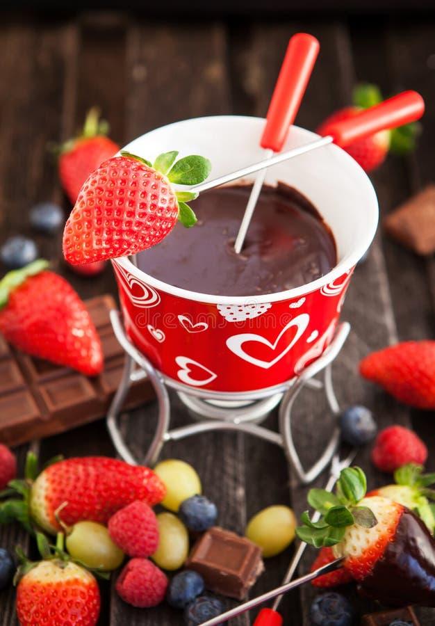 Schokoladenfondue mit frischen Beeren stockfotos