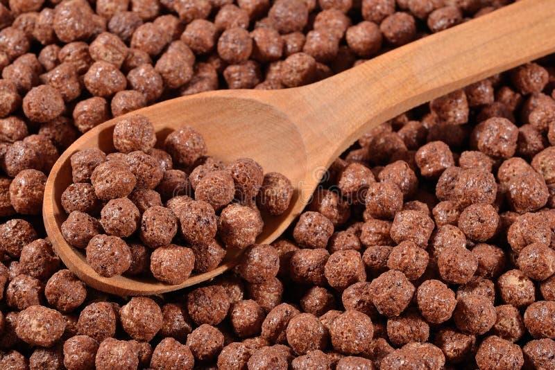 Schokoladengetreidebälle in einem Löffel lizenzfreie stockbilder