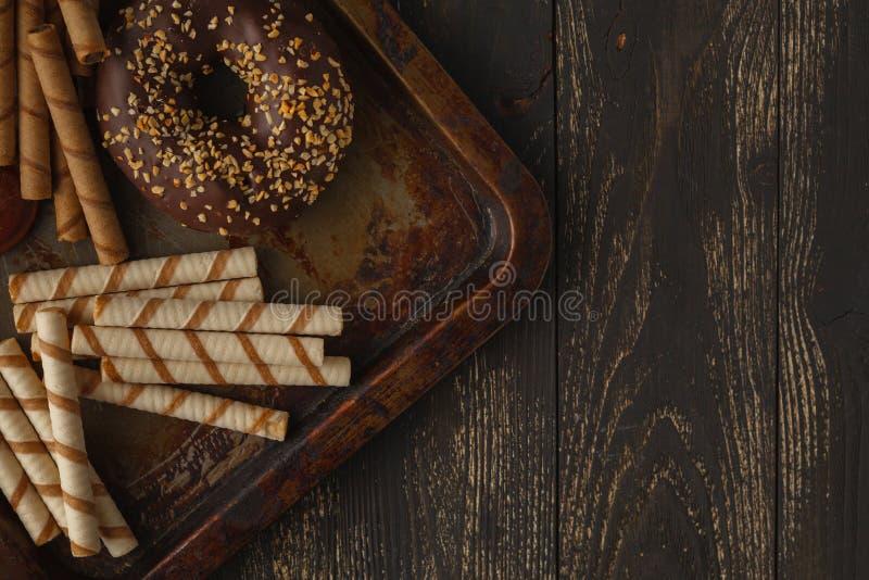Schokoladenhintergrund Zitrone, Nüsse, Plätzchen und Zusammenstellung von FI lizenzfreie stockbilder