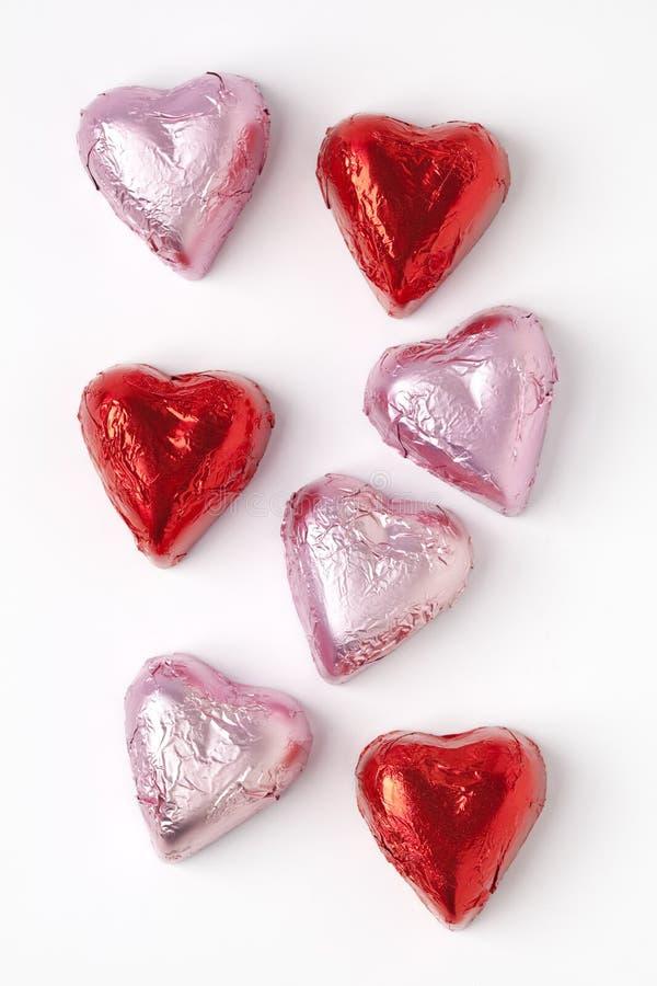 Schokoladeninnere im rosafarbenen und roten Tinfoil lizenzfreies stockbild