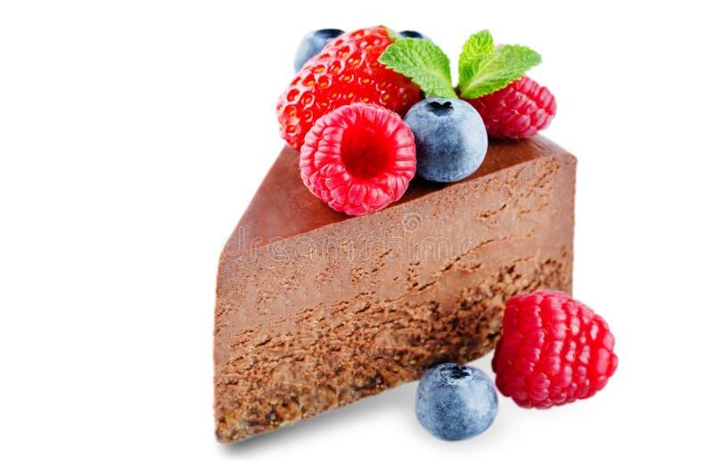 Schokoladenkäsekuchen mit frischen Beeren und tadellosen den Blättern lokalisiert stockfotos