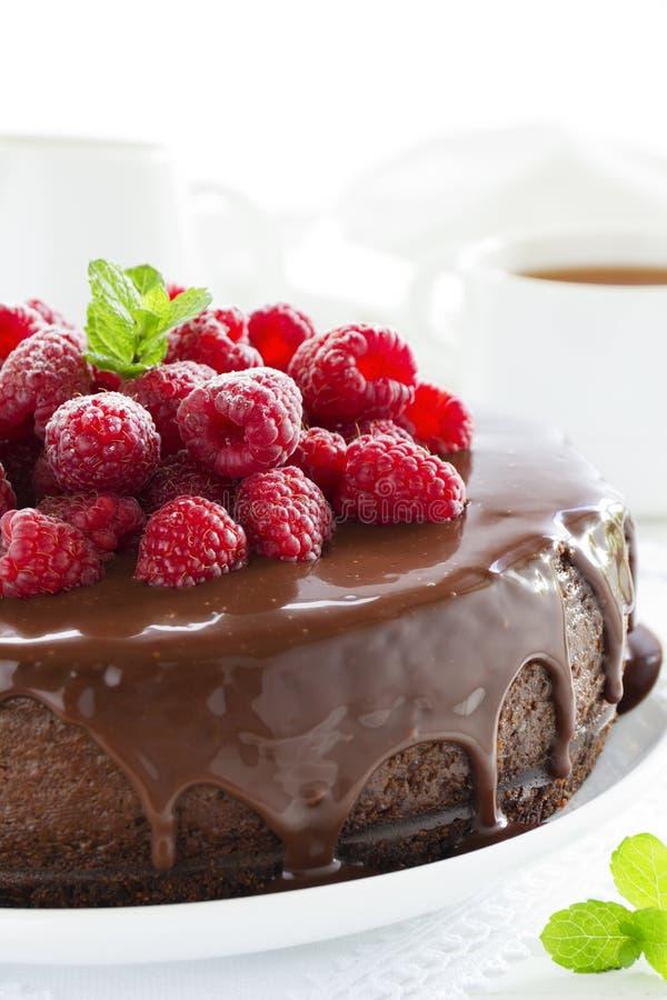 Schokoladenkäsekuchen mit Himbeeren lizenzfreie stockfotografie