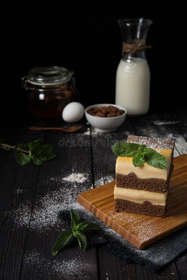Schokoladenkäsekuchen mit Vanillefüllung stockbild
