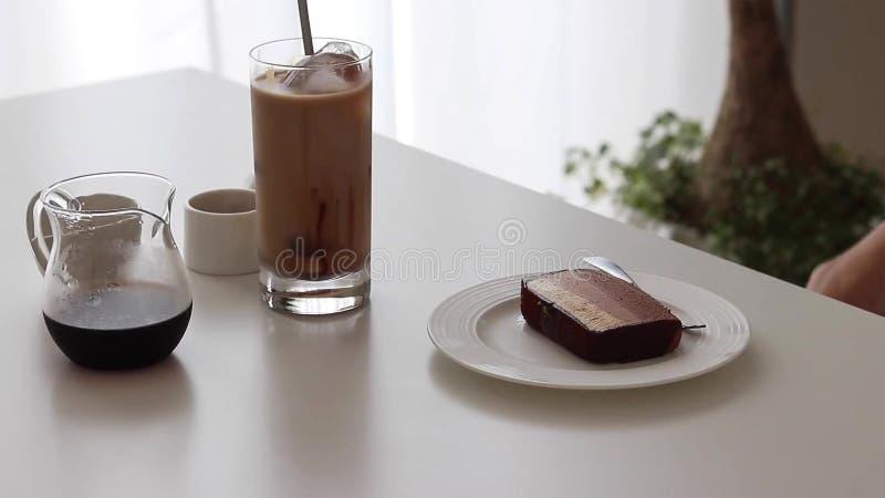 Schokoladenkäsekuchen und Eiskaffee mit Schokoladensirup und -milch stockfotos