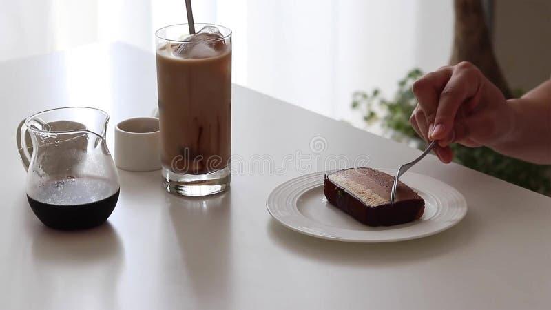 Schokoladenkäsekuchen und Eiskaffee mit Schokoladensirup und -milch lizenzfreies stockbild