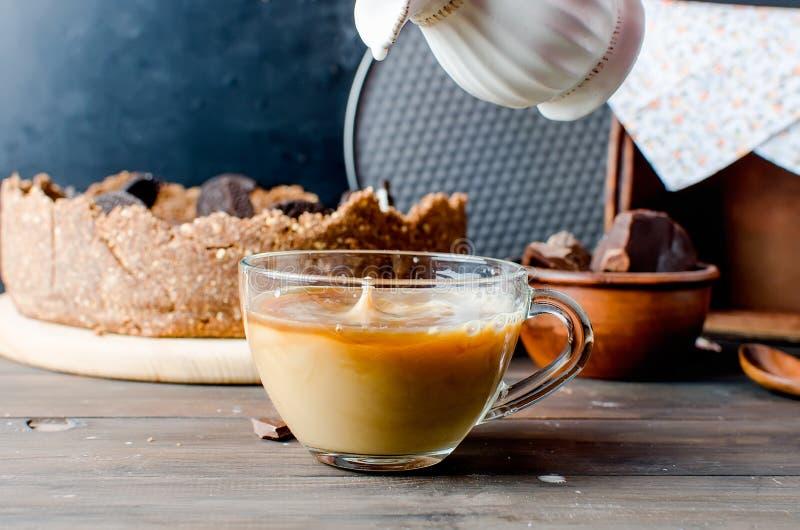 Schokoladenkäsekuchen und -Tasse Kaffee stockbilder