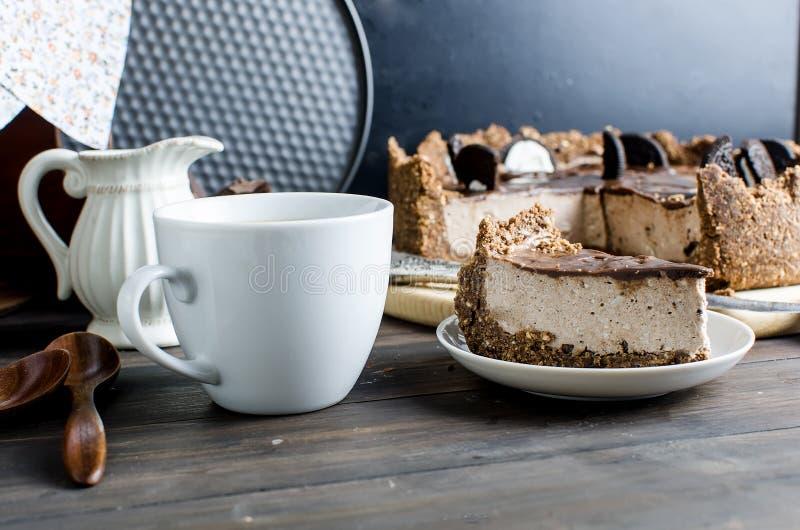 Schokoladenkäsekuchen und -Tasse Kaffee lizenzfreie stockfotos