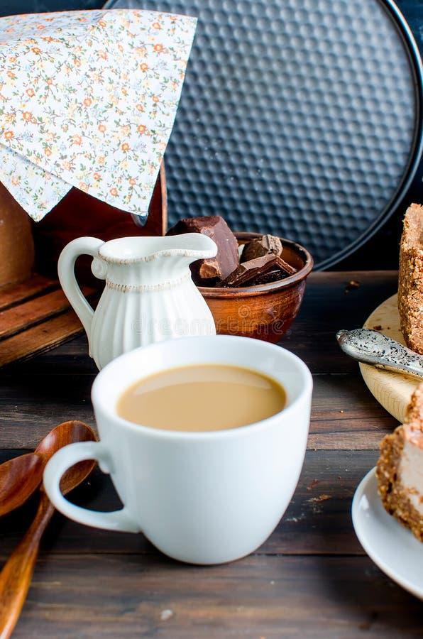 Schokoladenkäsekuchen und -Tasse Kaffee lizenzfreies stockbild