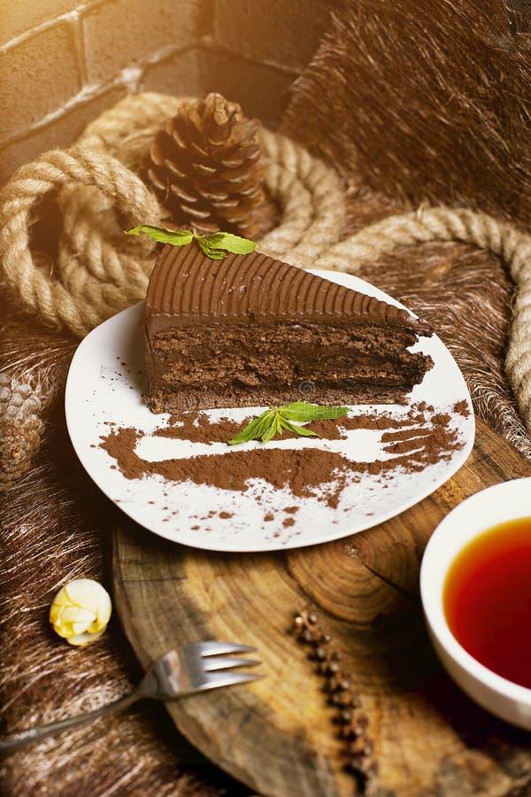 Schokoladenkakao-Kuchenscheibe diente mit tadellosen Blättern lizenzfreie stockbilder