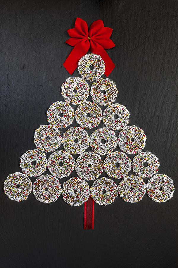 Schokoladenkekse schellt mit Weihnachtsdekoration auf schwarzer Latte stockfotos