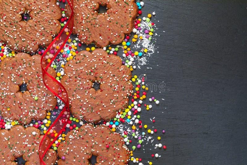 Schokoladenkekse schellt mit Weihnachtsdekoration auf schwarzer Latte stockbilder