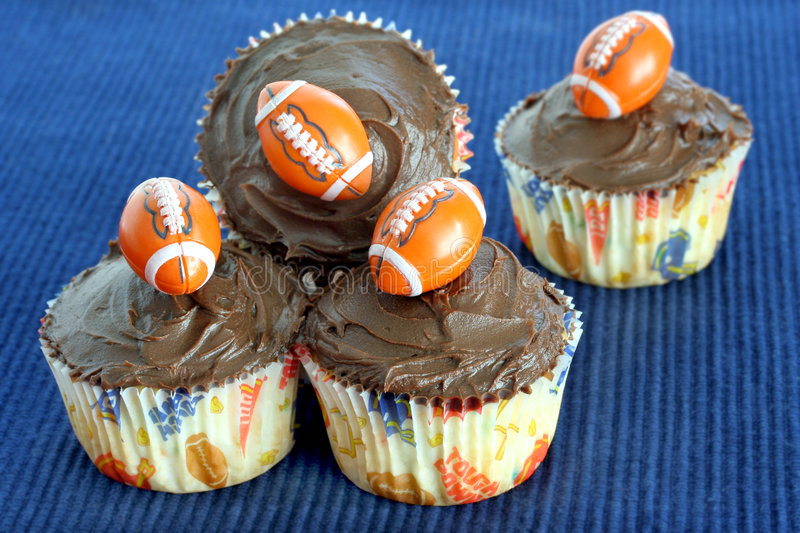 Schokoladenkleine kuchen mit Fußball stockfoto