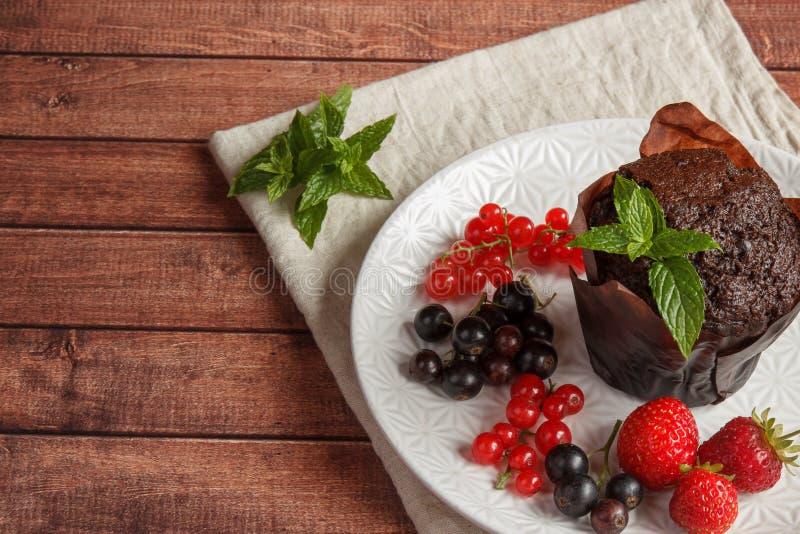 Schokoladenkleine kuchen mit Sommerbeeren stockfotografie
