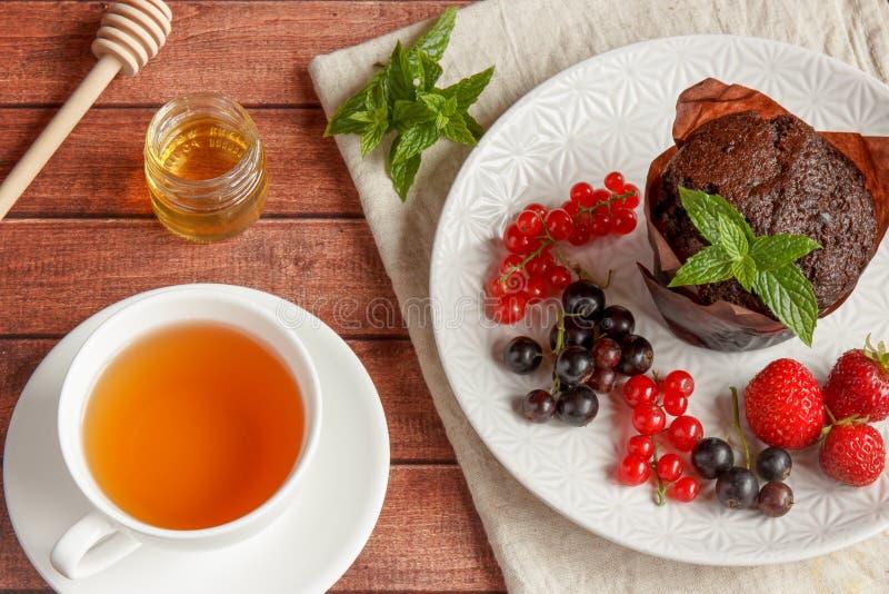 Schokoladenkleine kuchen mit Sommerbeeren lizenzfreie stockfotos