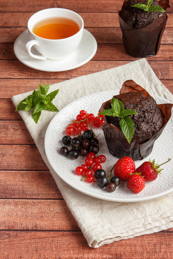 Schokoladenkleine kuchen mit Sommerbeeren lizenzfreies stockbild