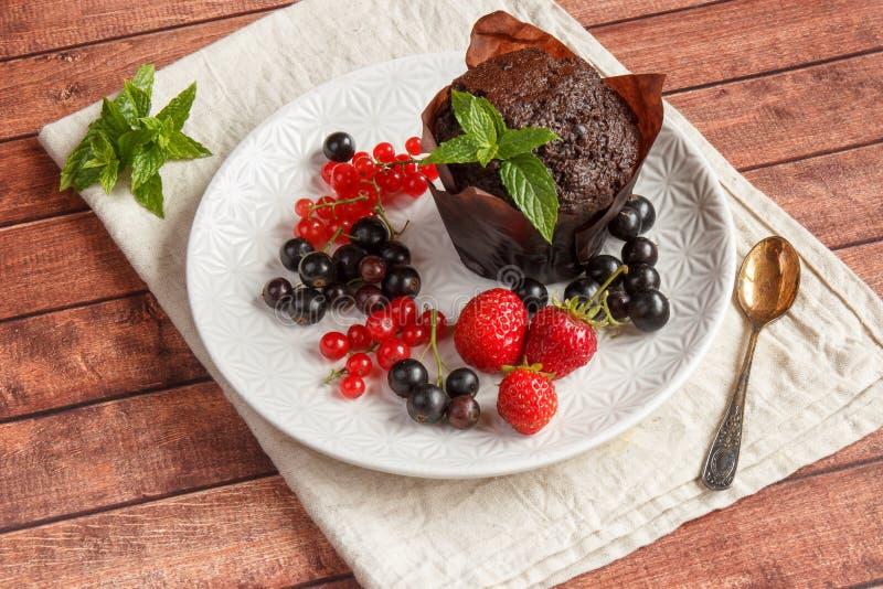 Schokoladenkleine kuchen mit Sommerbeeren stockfoto