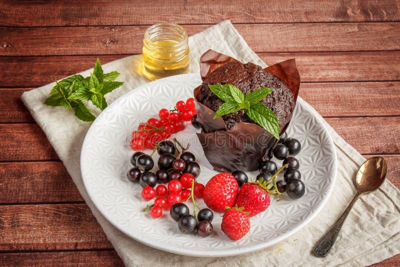 Schokoladenkleine kuchen mit Sommerbeeren stockbild