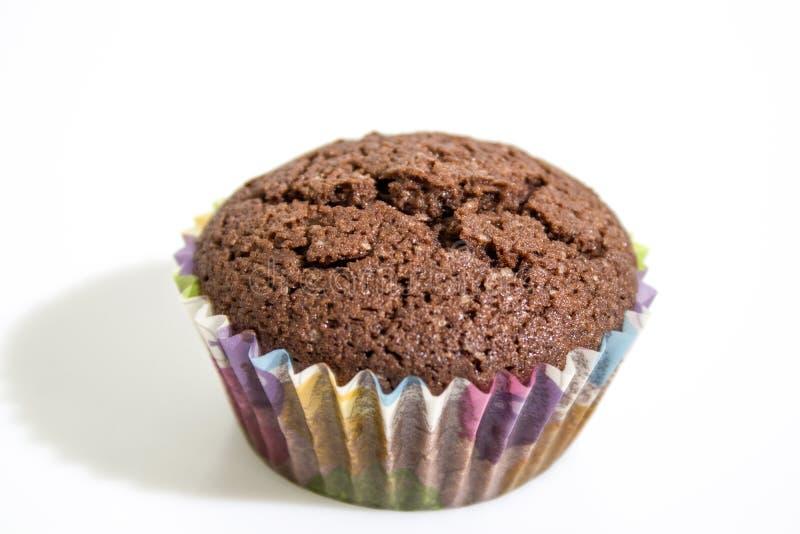 Schokoladenkleiner kuchen lokalisiert in einem weißen Hintergrund stockfotografie