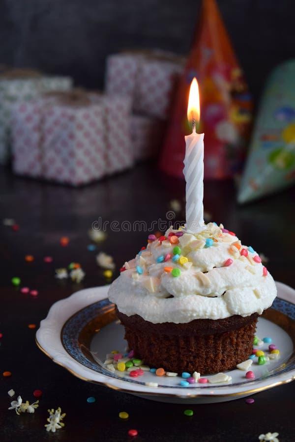 Schokoladenkleiner kuchen mit Vanillecreme und -kerze Alles Gute zum Geburtstag Dunkles Foto stockfoto