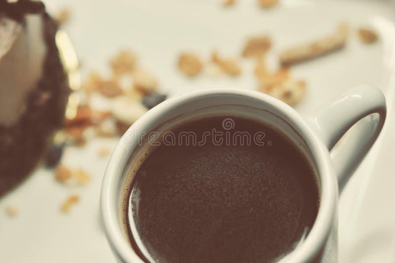 Schokoladenkuchen auf der weißen Platte mit einem Tasse Kaffee stockbilder