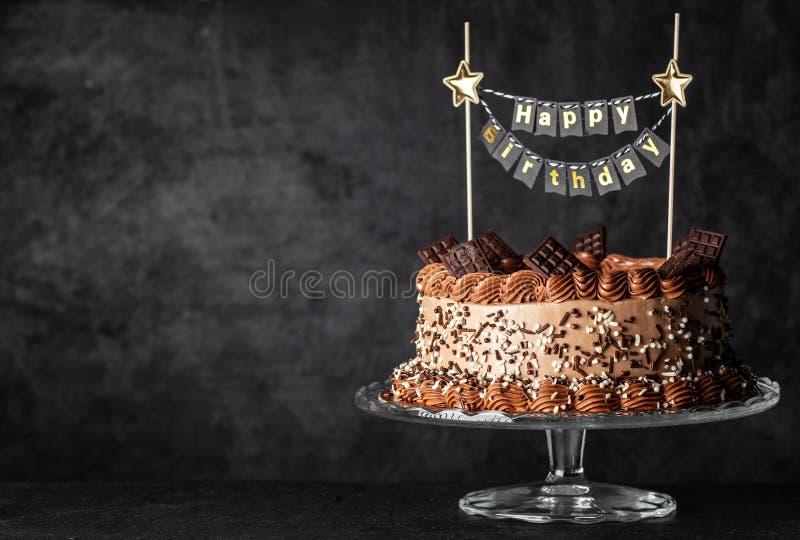 Schokoladenkuchen auf dunklem Hintergrund lizenzfreie stockfotos