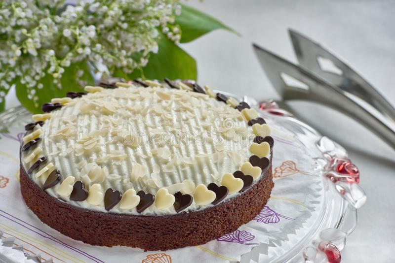 Schokoladenkuchen auf Kuchenstand stockbilder