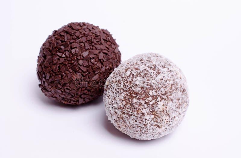 Schokoladenkuchen auf weißem Hintergrund lizenzfreie stockbilder