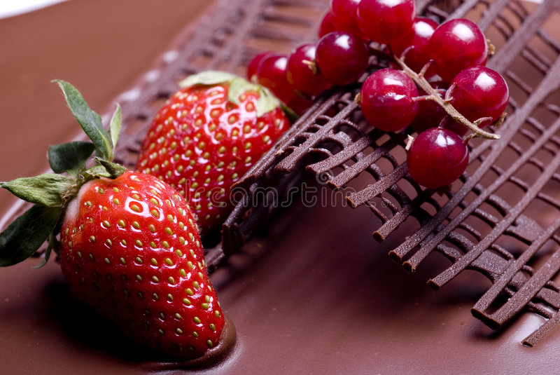Schokoladenkuchen-Fruchtdekoration stockfotos