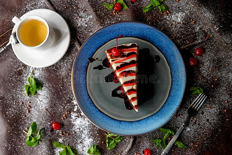 Schokoladenkuchen im Puderzucker stockfotografie