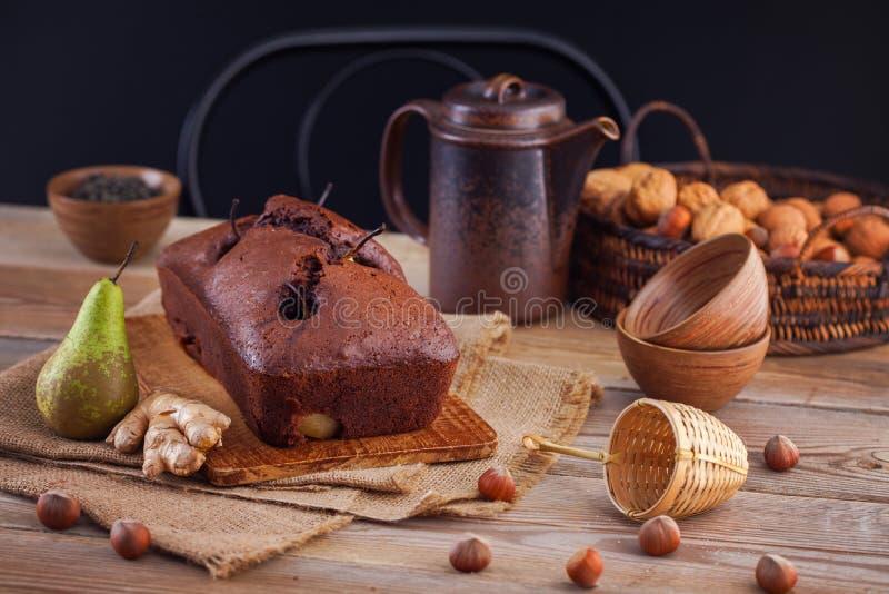 Schokoladenkuchen mit Birnenherbst stockfoto