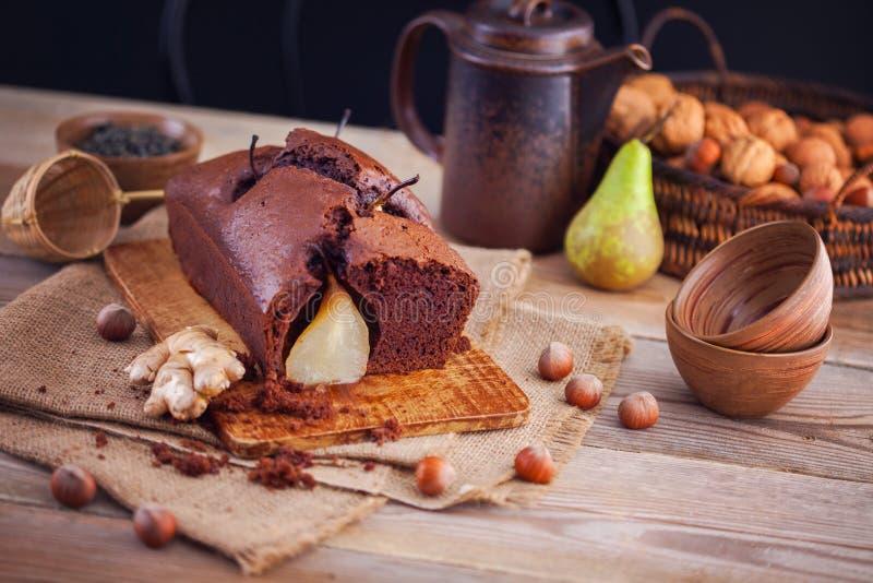 Schokoladenkuchen mit Birnenherbst stockbild
