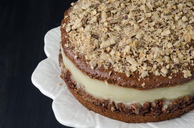 Schokoladenkuchen mit Birnenpüreenahaufnahme lizenzfreies stockbild