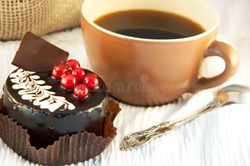 Schokoladenkuchen mit einer roten Johannisbeere stockfotografie