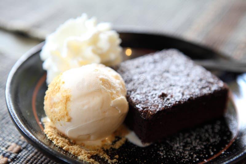 Schokoladenkuchen mit Eiscreme lizenzfreies stockfoto