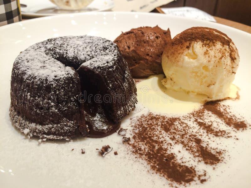 Schokoladenkuchen mit Eiscreme stockfoto