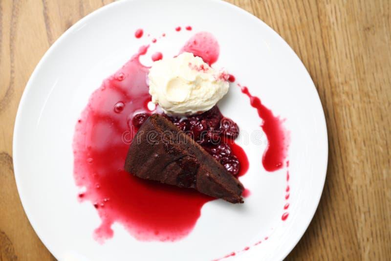 Schokoladenkuchen mit Himbeerso?e und Eiscreme lizenzfreie stockfotos