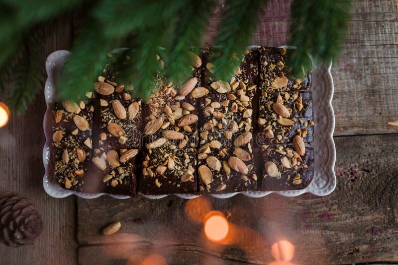 Schokoladenkuchen mit Kaffee und Mandeln stockfotos