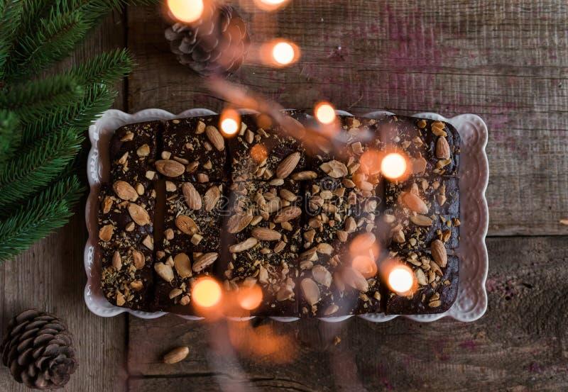 Schokoladenkuchen mit Kaffee und Mandeln stockfotografie
